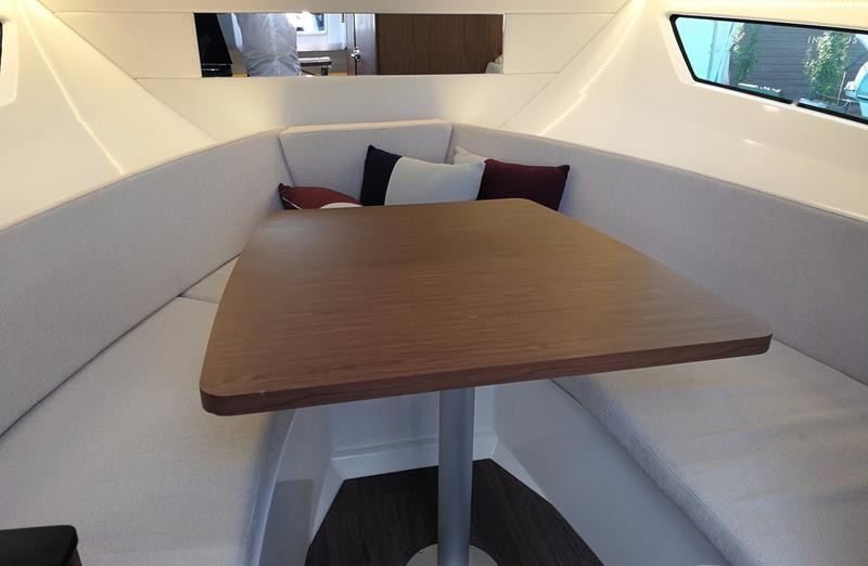 Cap Camarat 9.0 wa salon table convertible en couchage double