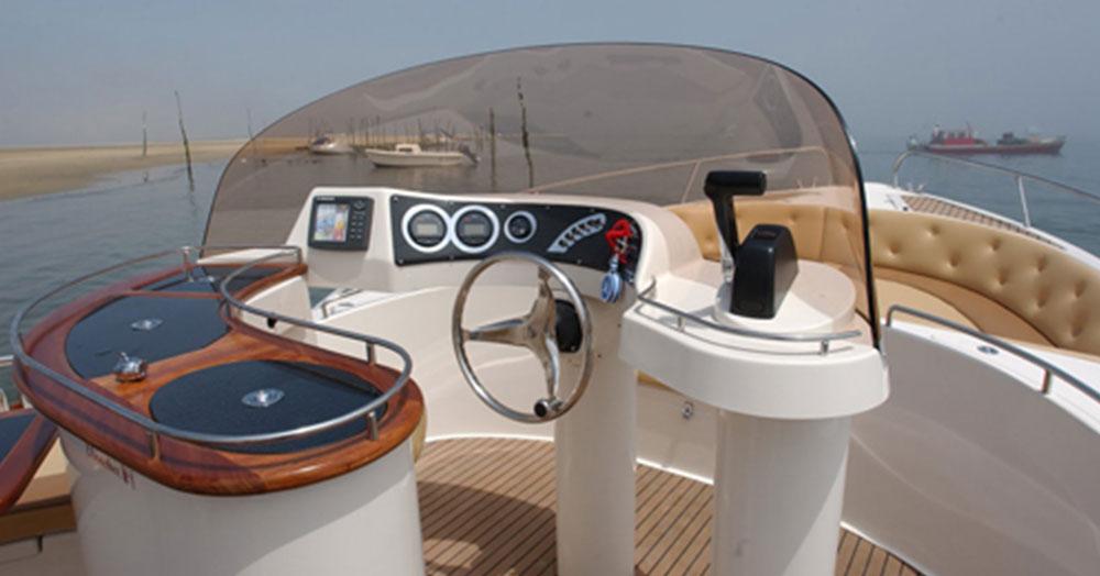 beacher-nautique-bateau-v8-open