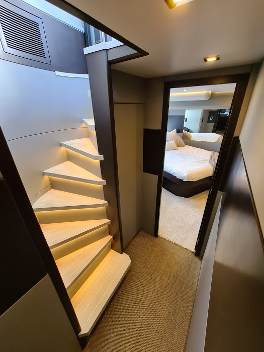 OKEAN 50 X escalier couloir vu cabine